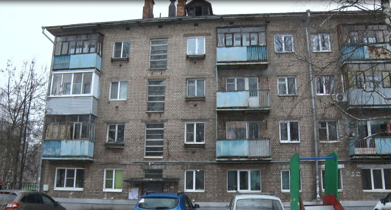 Вышел, попал к соседу снизу: в ярославском доме разваливаются балконы