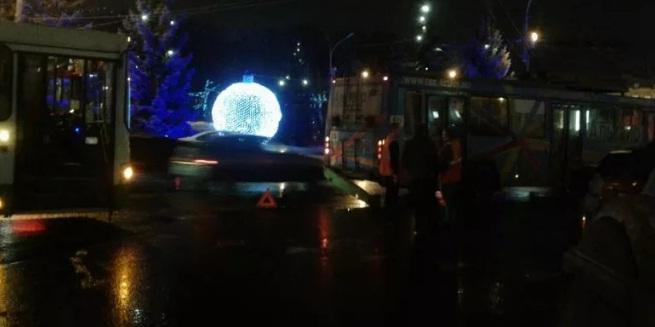 На площади Волкова столкнулись два троллейбуса