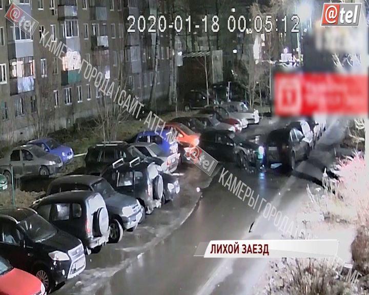ВИДЕО: В Рыбинске лихач протаранил несколько машин на парковке