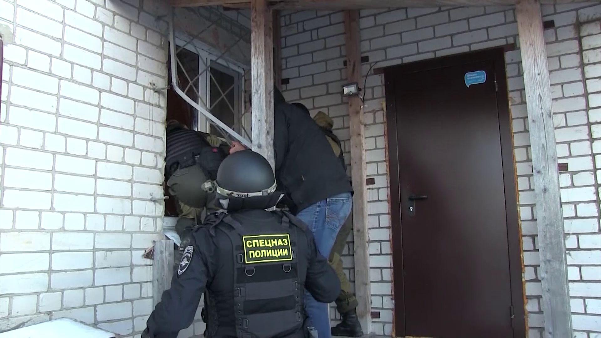 Силовики штурмом взяли дом в Ярославской области, где профессионально выращивали коноплю