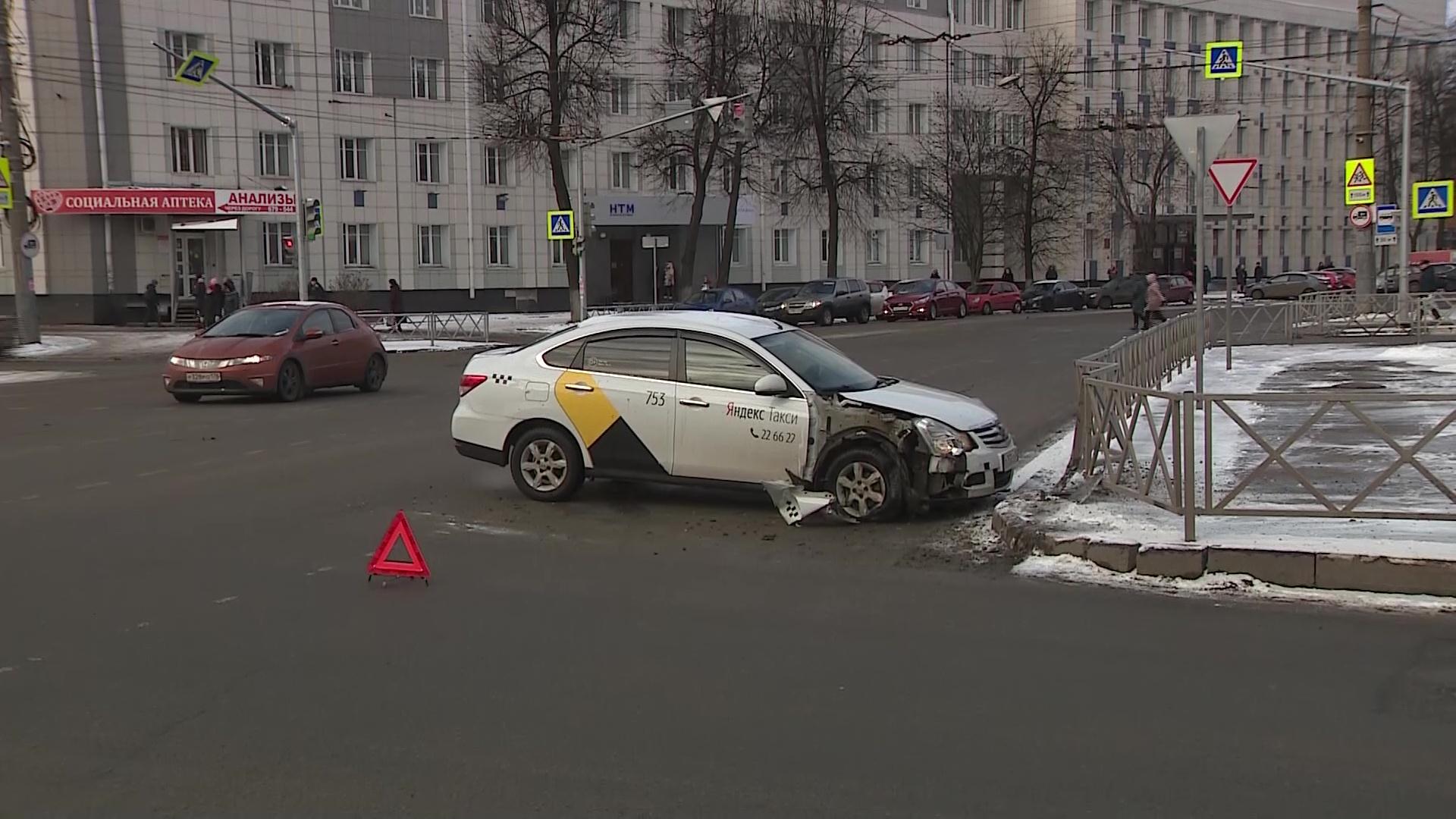 В Ярославле такси протаранило дорожное ограждение