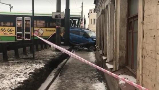Один человек погиб в ДТП в столкновении двух автобусов и легковушки на Московском проспекте