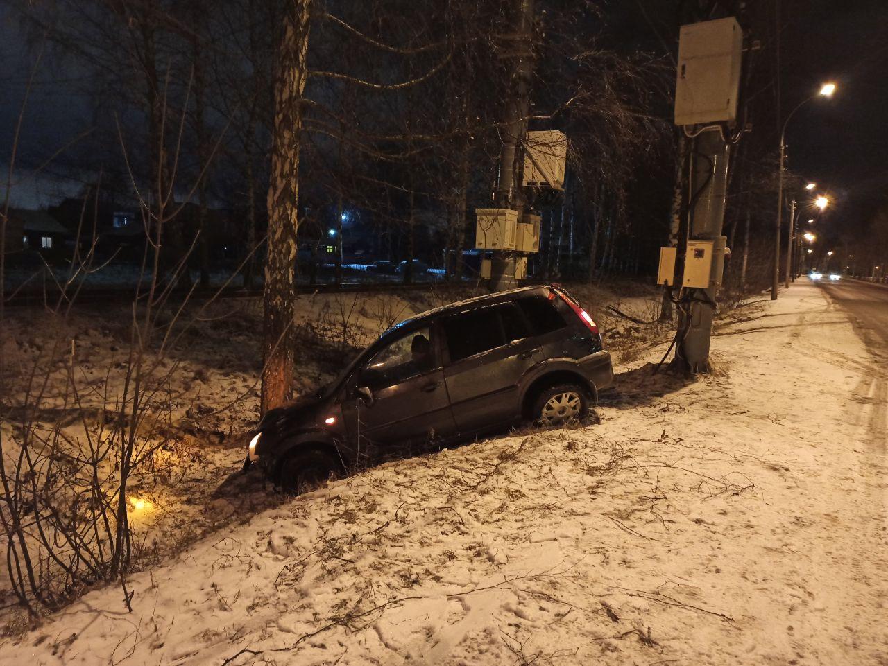 В Заволжском районе машина вылетела в кювет и перевернулась на крышу