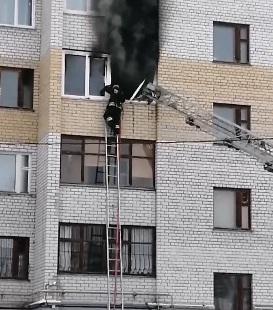 Из-за пожара в ярославской многоэтажке на улицу вывели несколько десятков человек