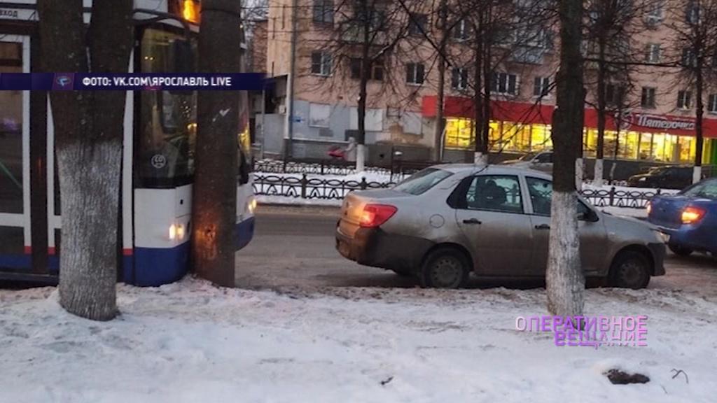 На проспекте Ленина автобус врезался в столб