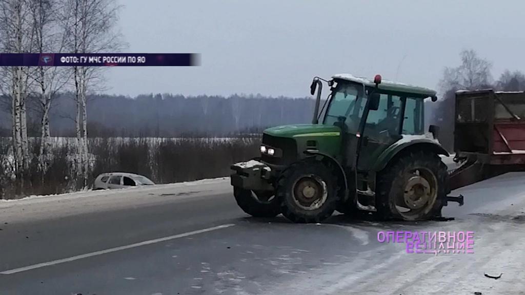 Под Рыбинском столкнулись легковушка, внедорожник и трактор