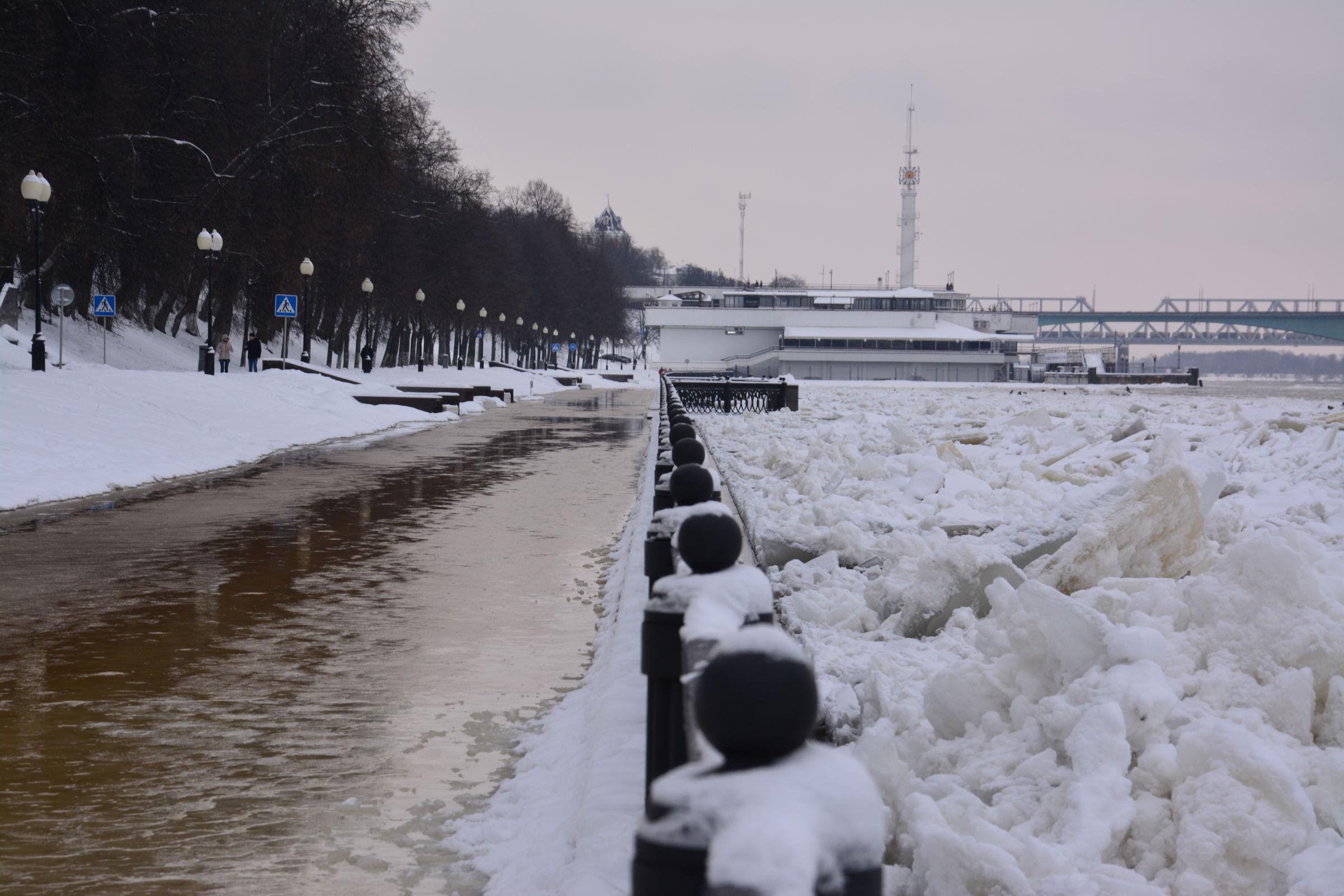 Фоторепортаж: Волжскую набережную в Ярославле подтопило