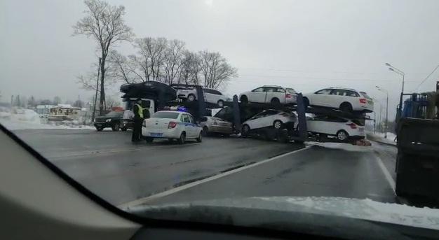 ВИДЕО: Под Ярославлем автовоз перегородил трассу М-8