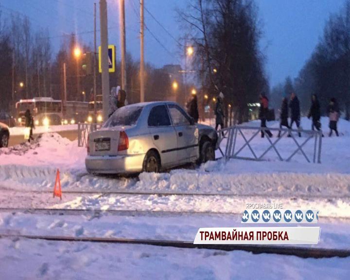 Утром в Брагине встали трамваи из-за раскуроченной легковушки