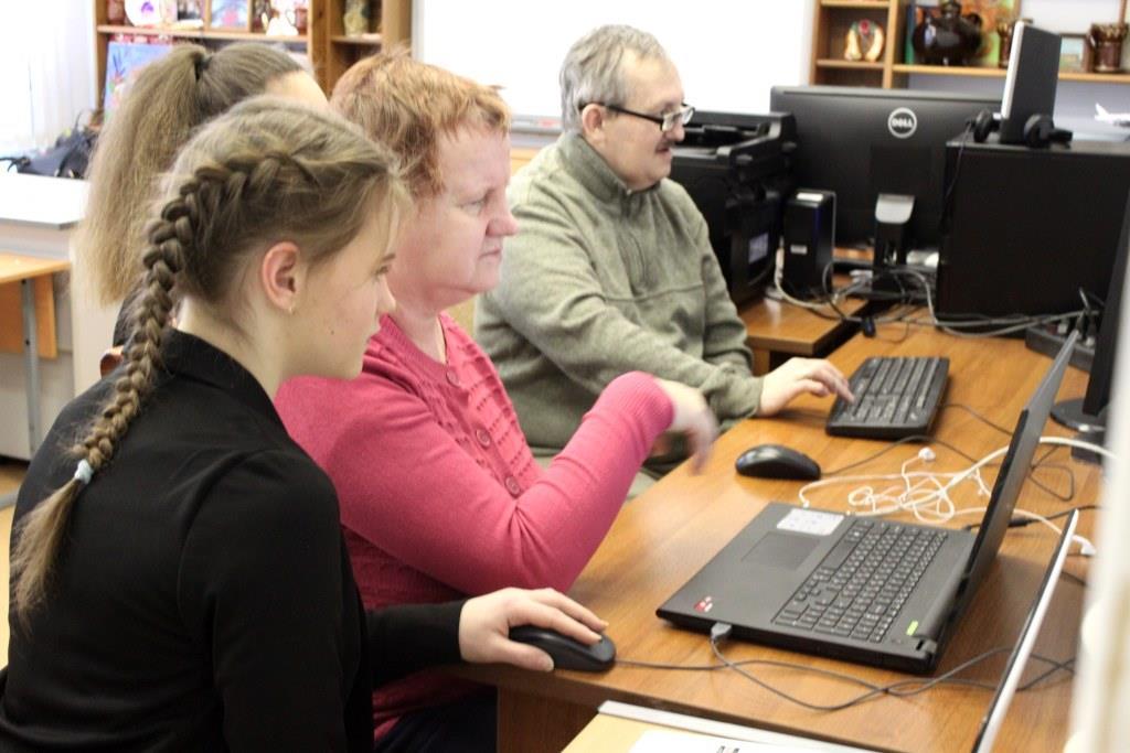 Воспитанники детского дома в Ярославле помогают пожилым освоить компьютер
