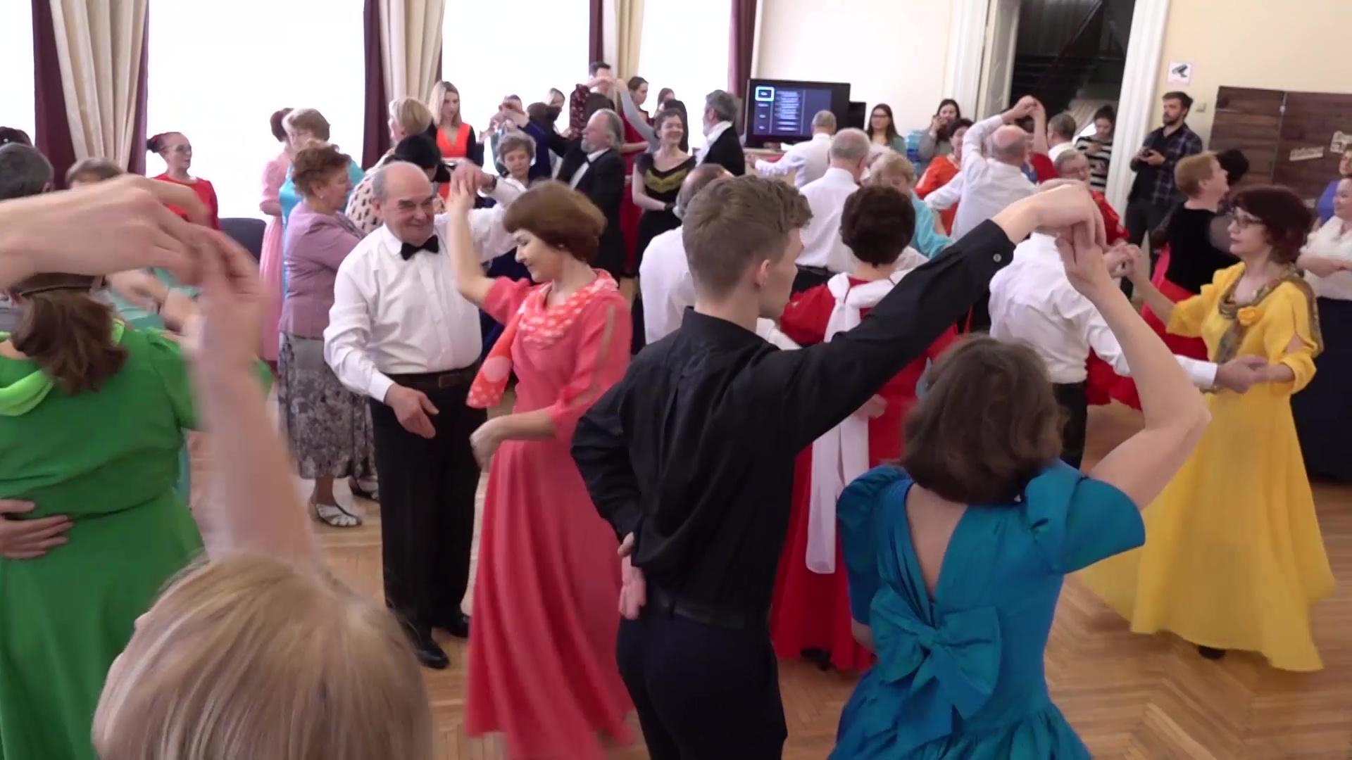 Традиционный «Серебряный бал» собрал больше сотни пенсионеров и волонтеров