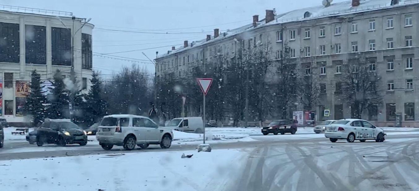 В Ярославле такси не разъехалось с легковушкой