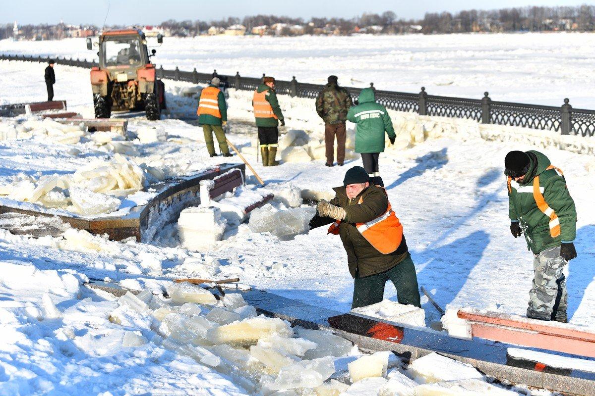 Волжскую набережную Ярославля освобождают от оков льда после подтопления