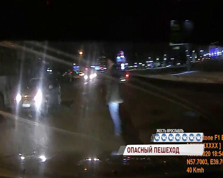 В Ярославле пешеход пренебрег ПДД и едва не оказался под колесами легковушки