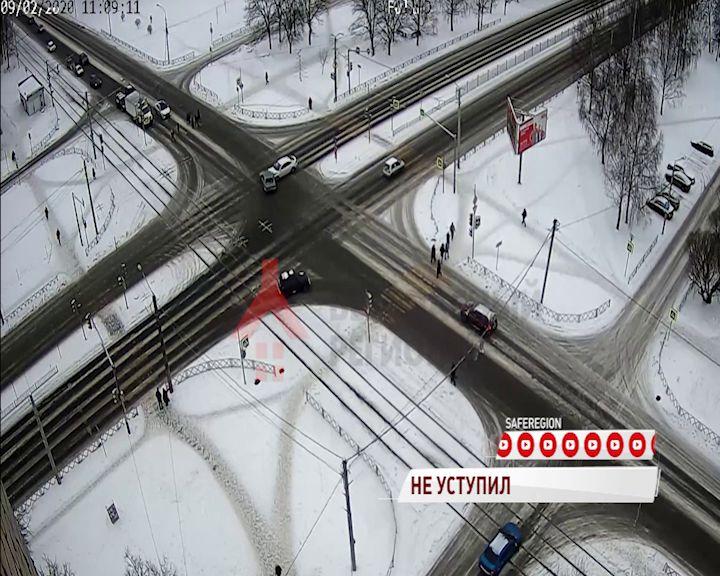 ВИДЕО: В аварии в Дзержинском районе пострадали трое