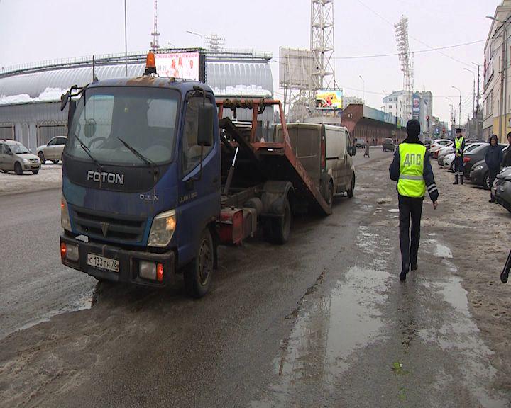 На улице Победы у Казарм эвакуировали неправильно припаркованные машины