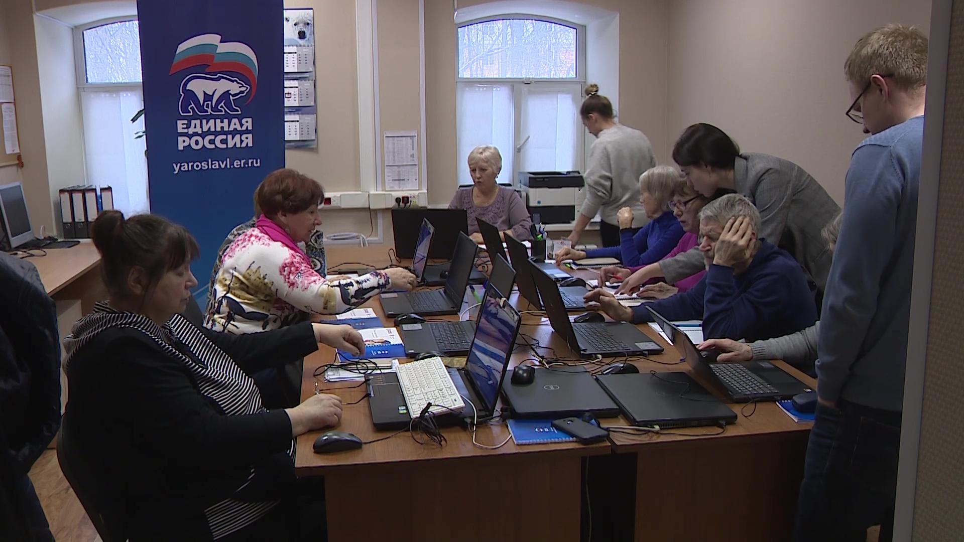 Волонтеры помогают ярославским пенсионерам освоить соцсети и получить услуги в электронном виде