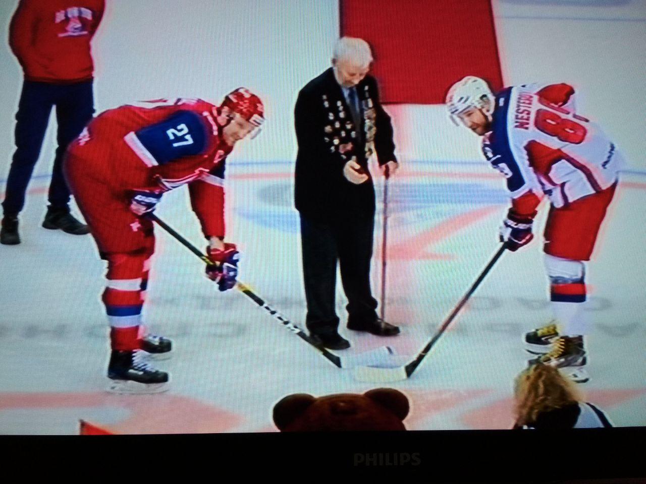 На матче «Локомотива» символическое вбрасывание провел ветеран Великой Отечественной войны