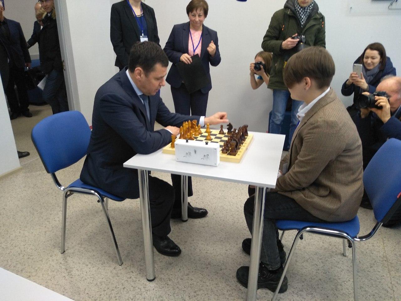 В Переславле-Залесском Дмитрий Миронов во время рабочей поездки сыграл в шахматы