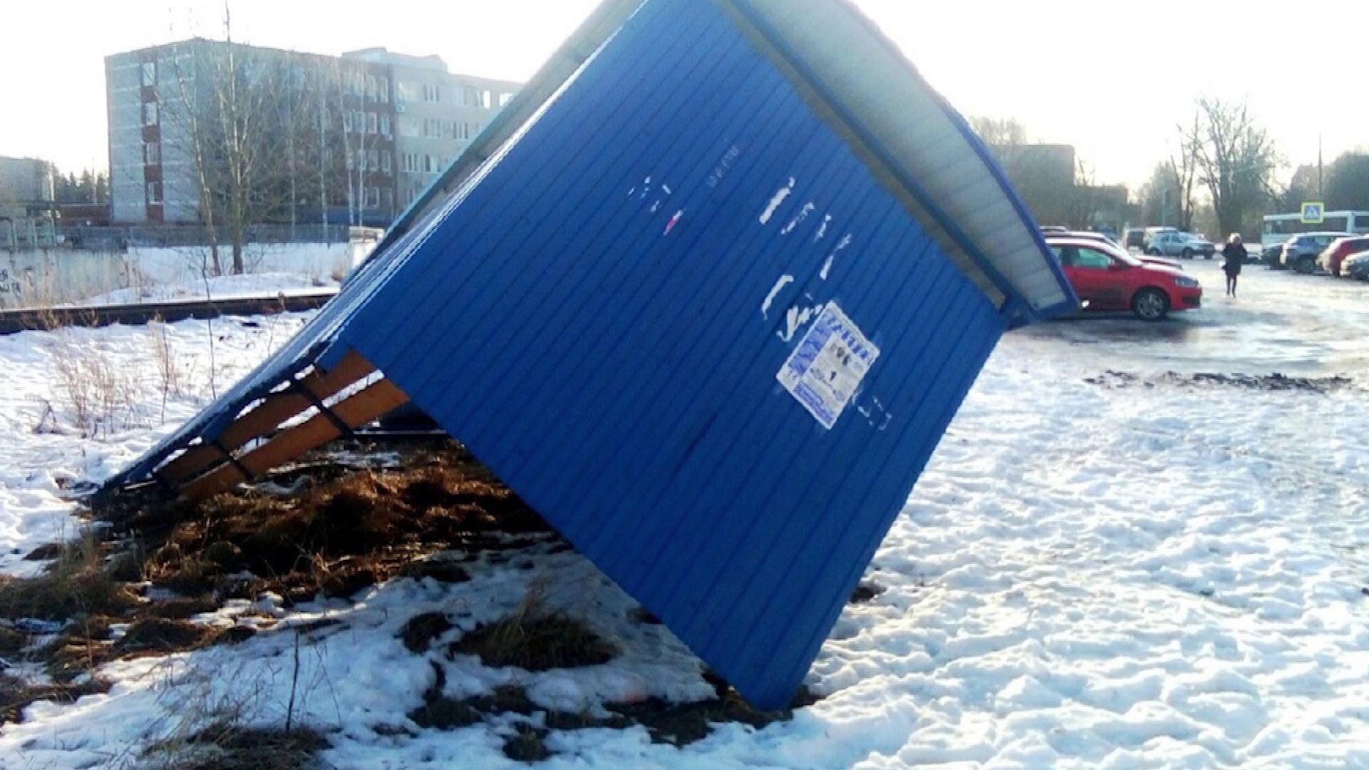Сильный ветер снес остановку в Дядьково