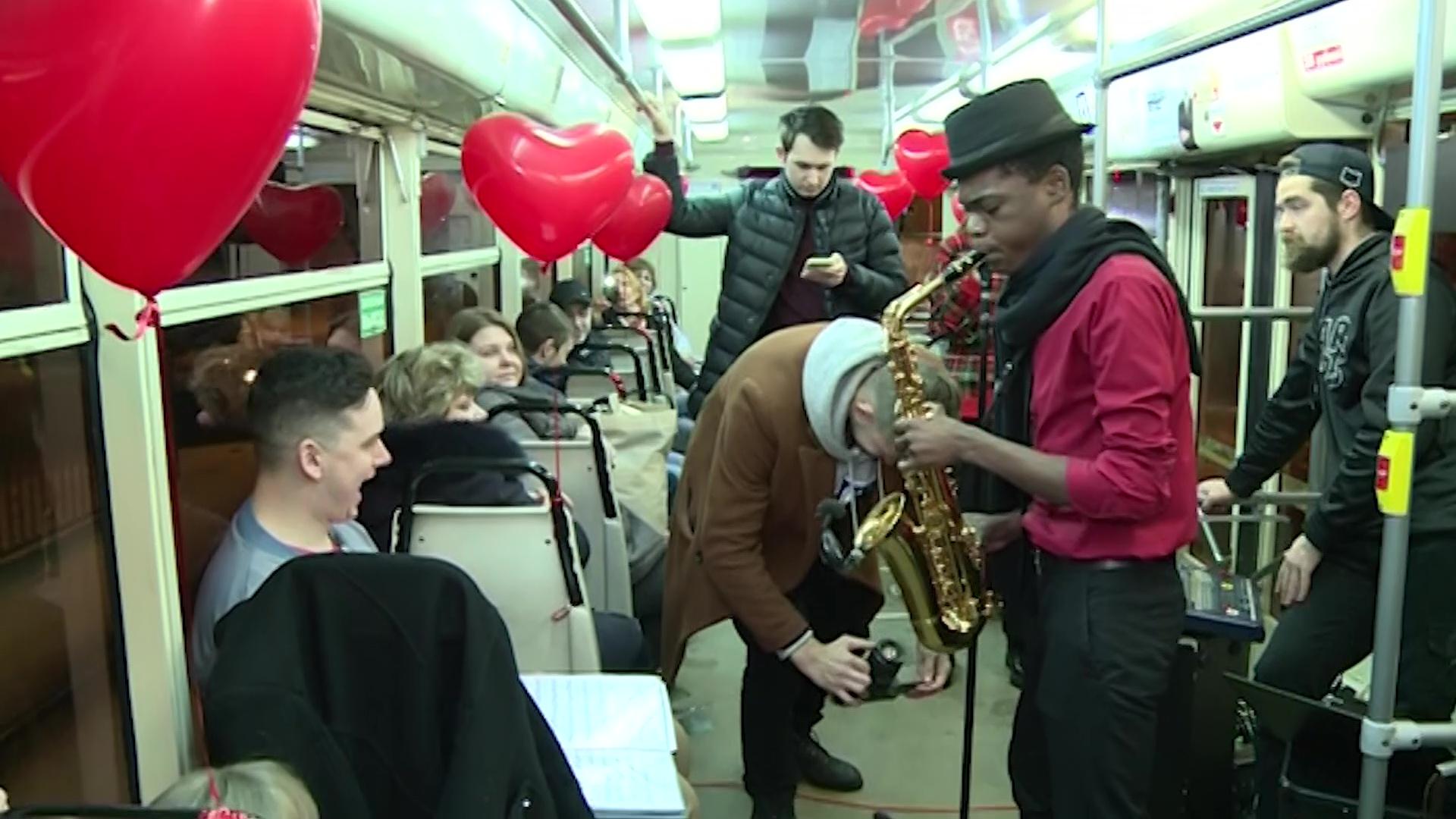 14 февраля пассажиры трамвая №7 путешествовали под живую романтическую музыку