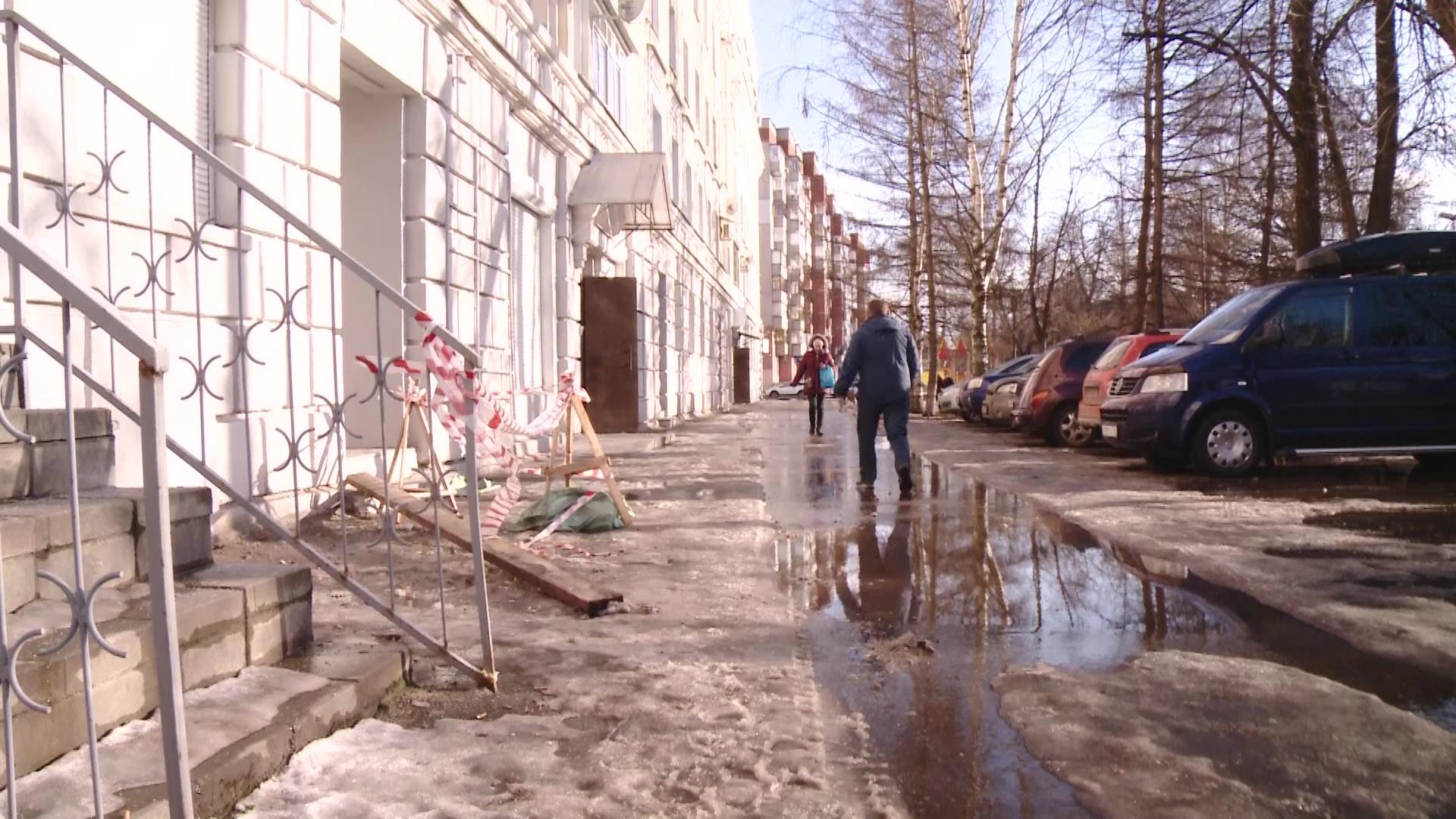 33 несчастья: у дома, с которого в прошлом году упали леса с рабочими, обрушился фасад