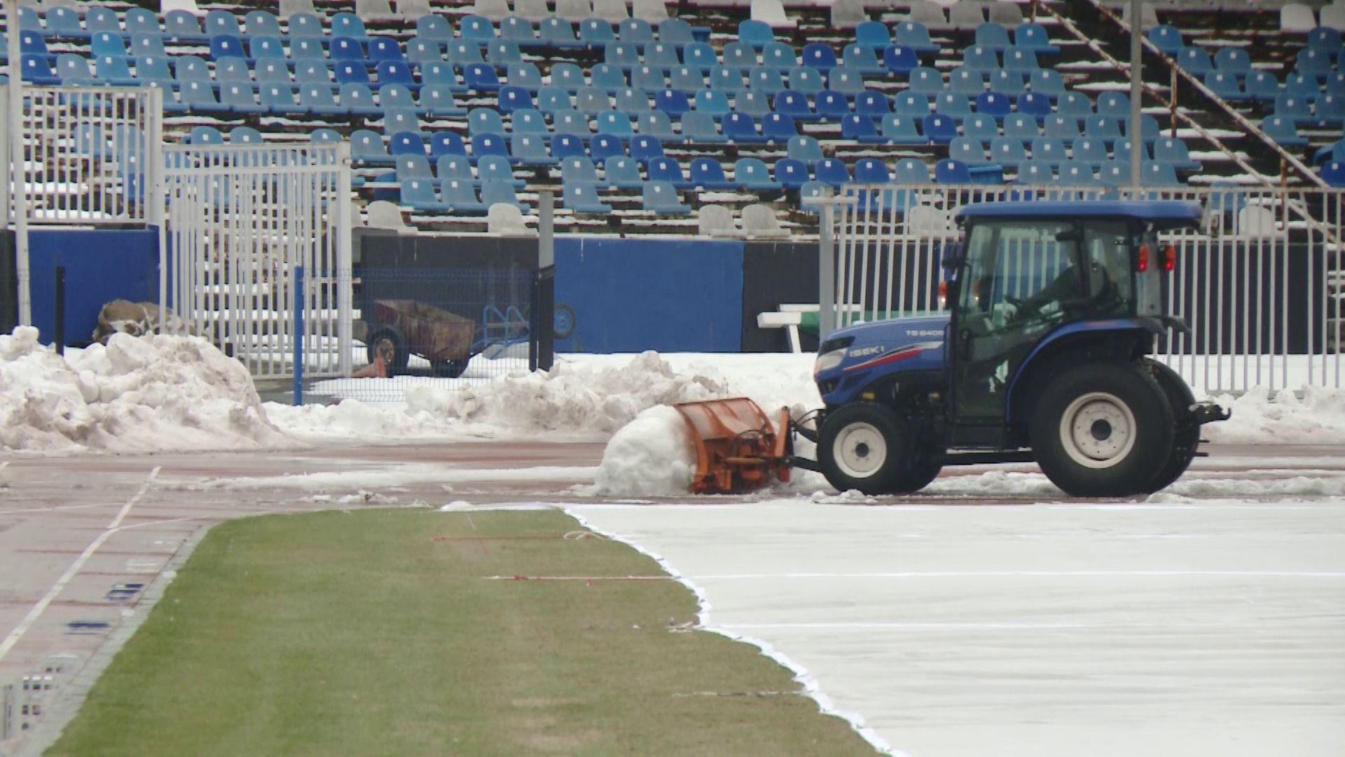 Лопатами и трактором: стадион «Шинник» готовят к четвертьфиналу Кубка России