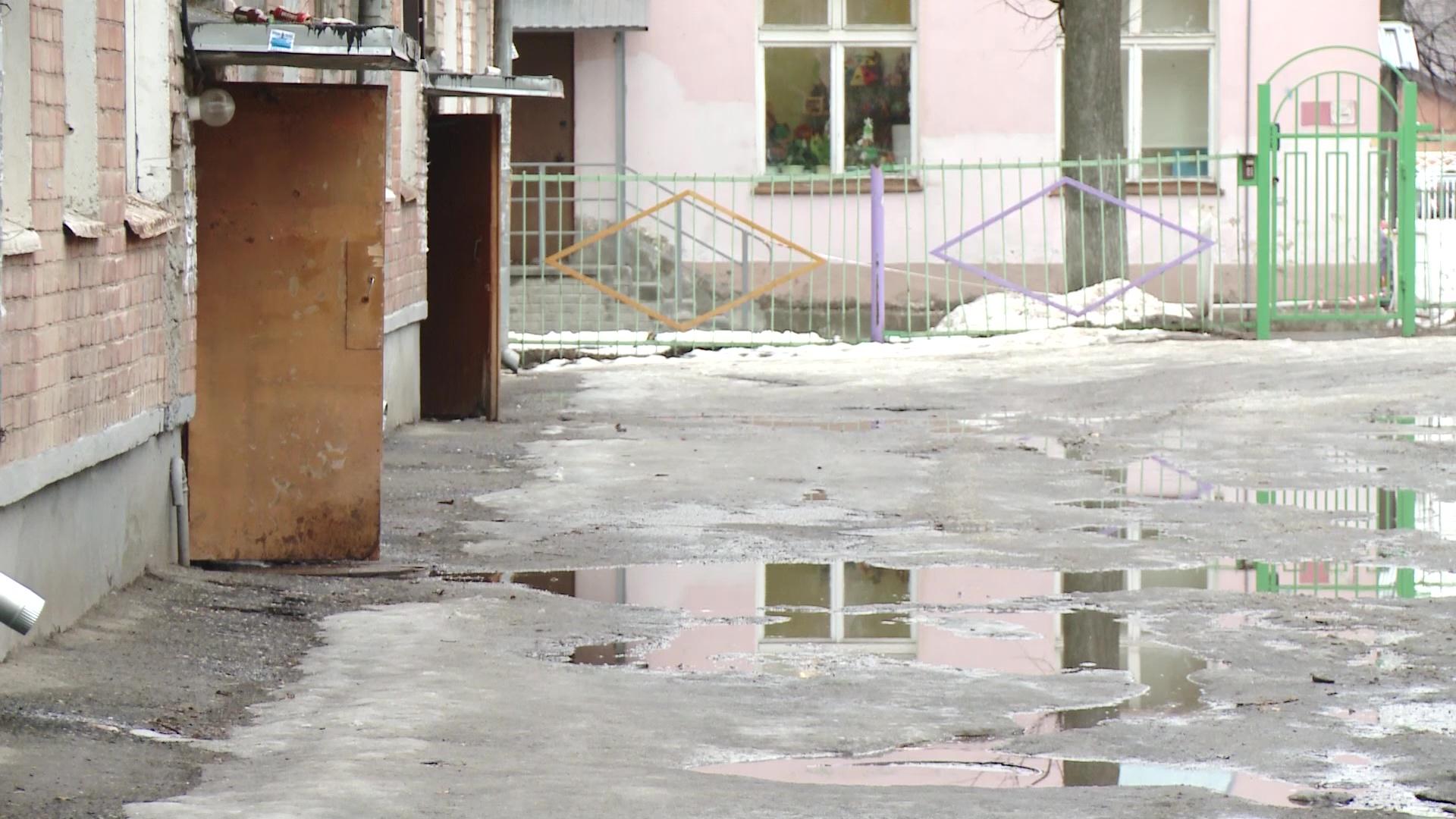 Каждый год одно и то же: жители ярославского дома жалуются на вечно затопленный подъезд