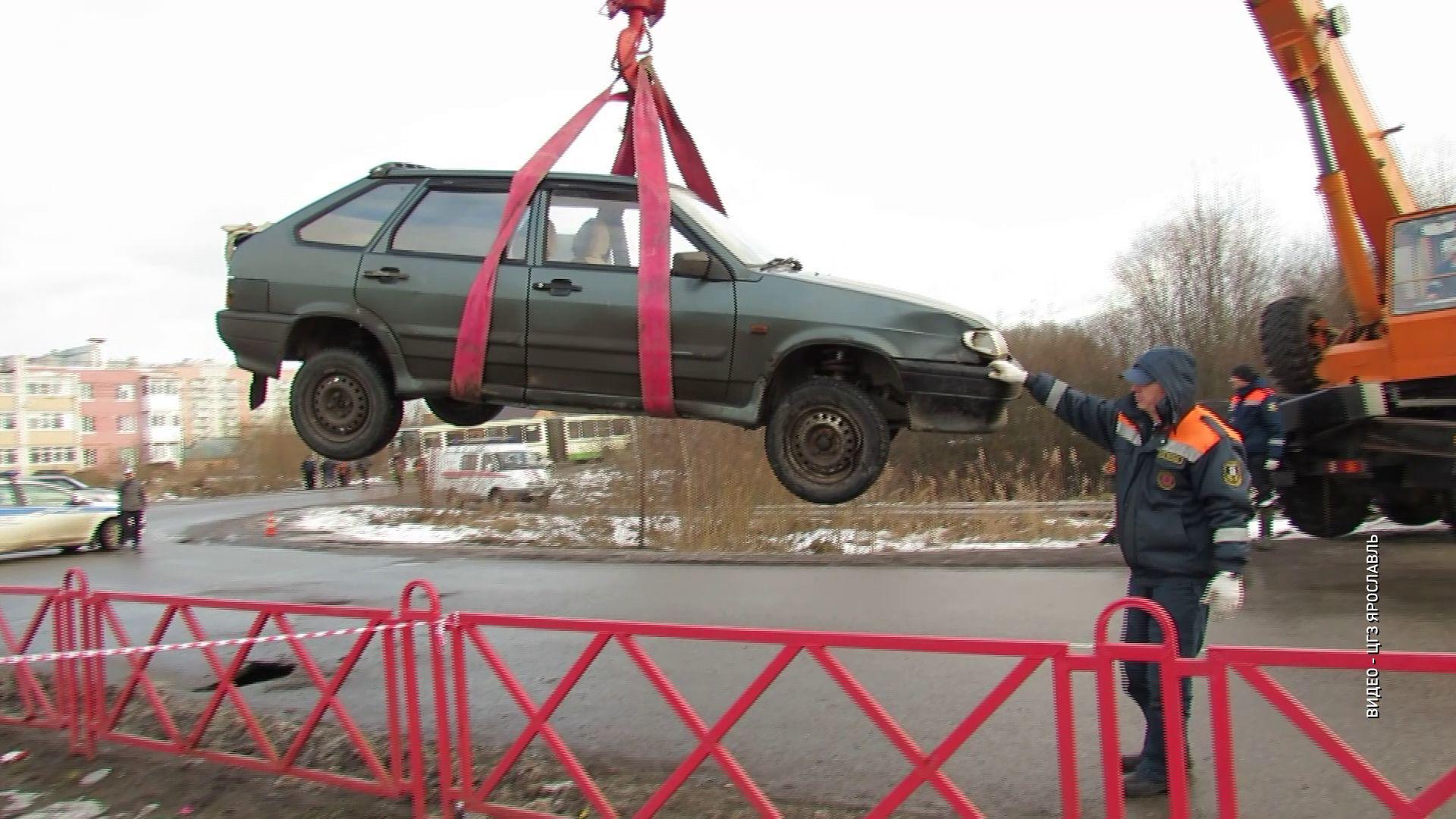 Во Фрунзенском районе в образовавшуюся яму в асфальте провалилась машина