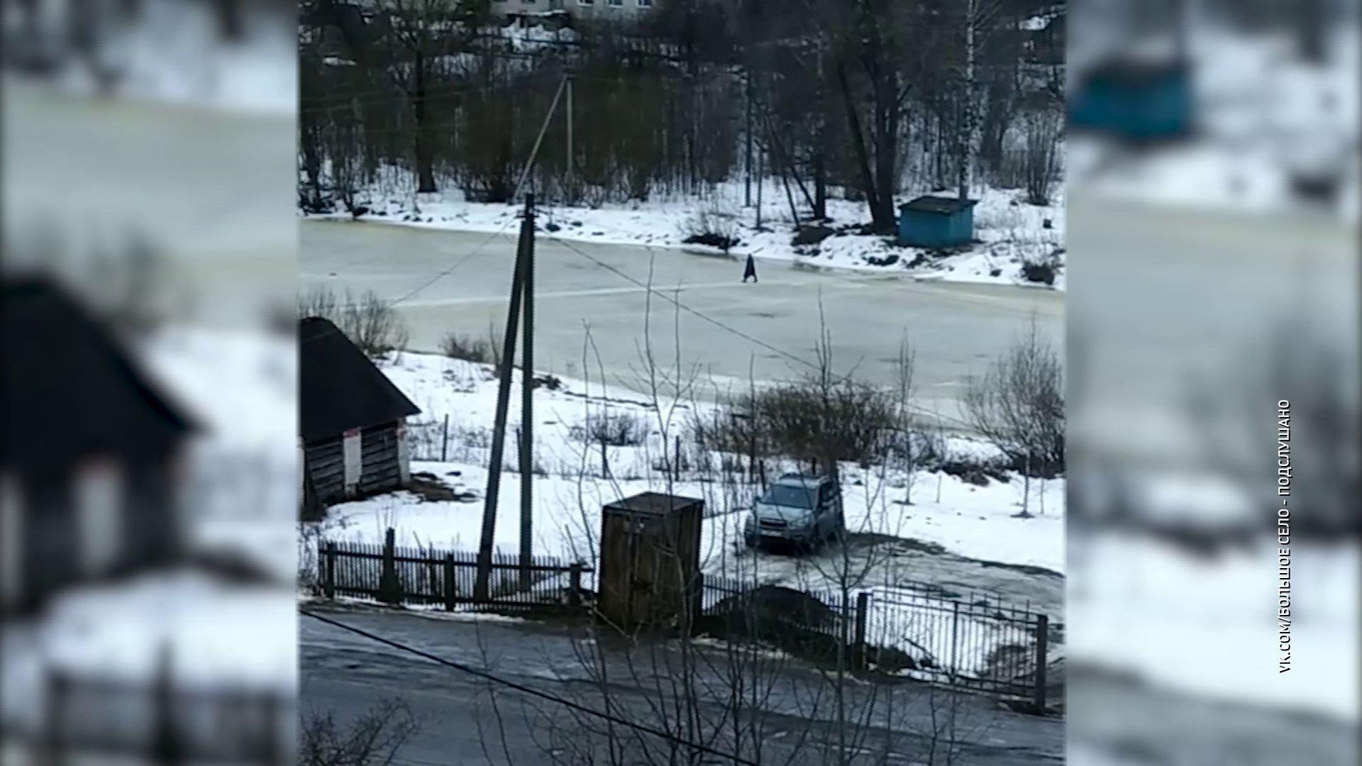В Большом селе жители переходят реку по тонкому льду