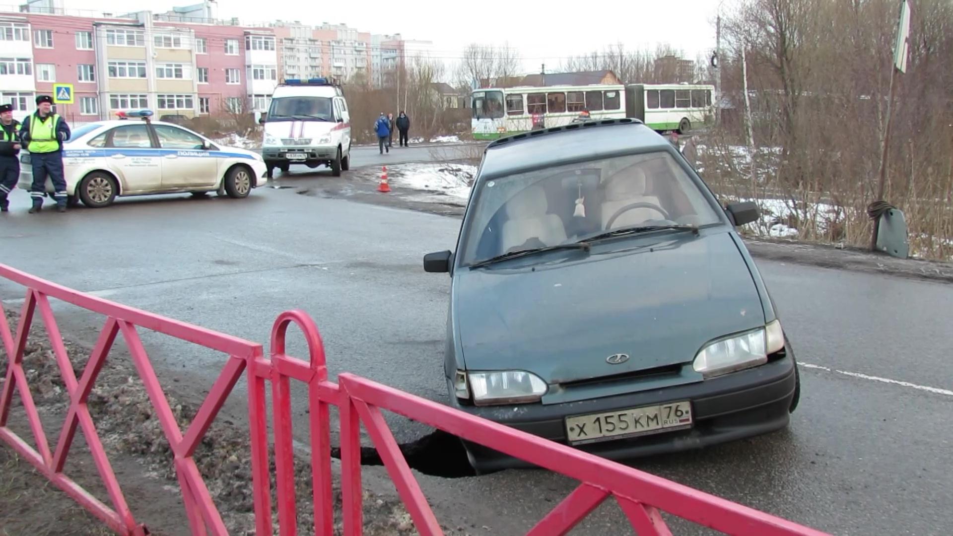 На улице Пирогова легковушка чуть не ушла под землю: все подробности утреннего ЧП