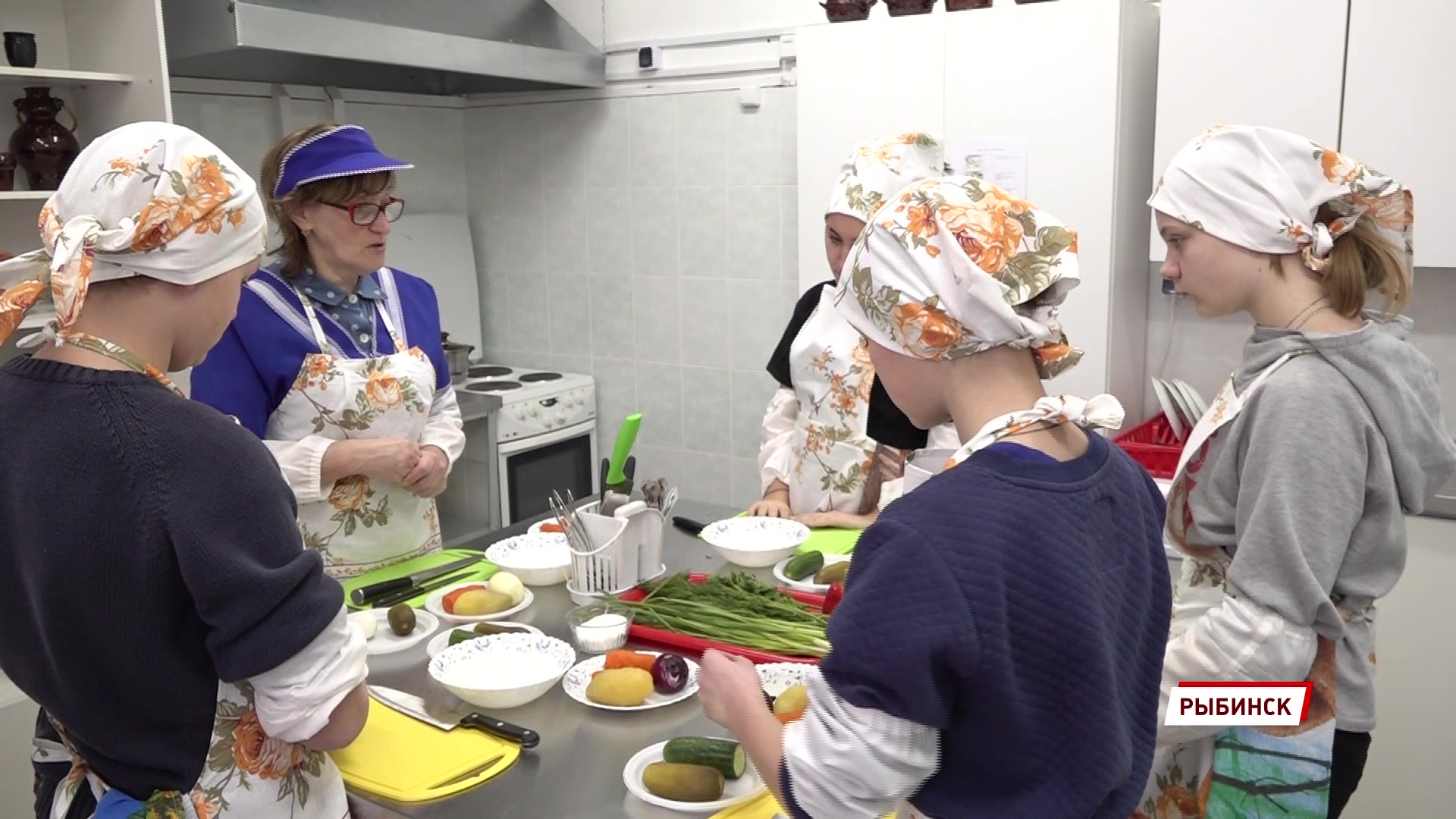 Воспитанников рыбинского детского дома научили готовить домашнюю еду