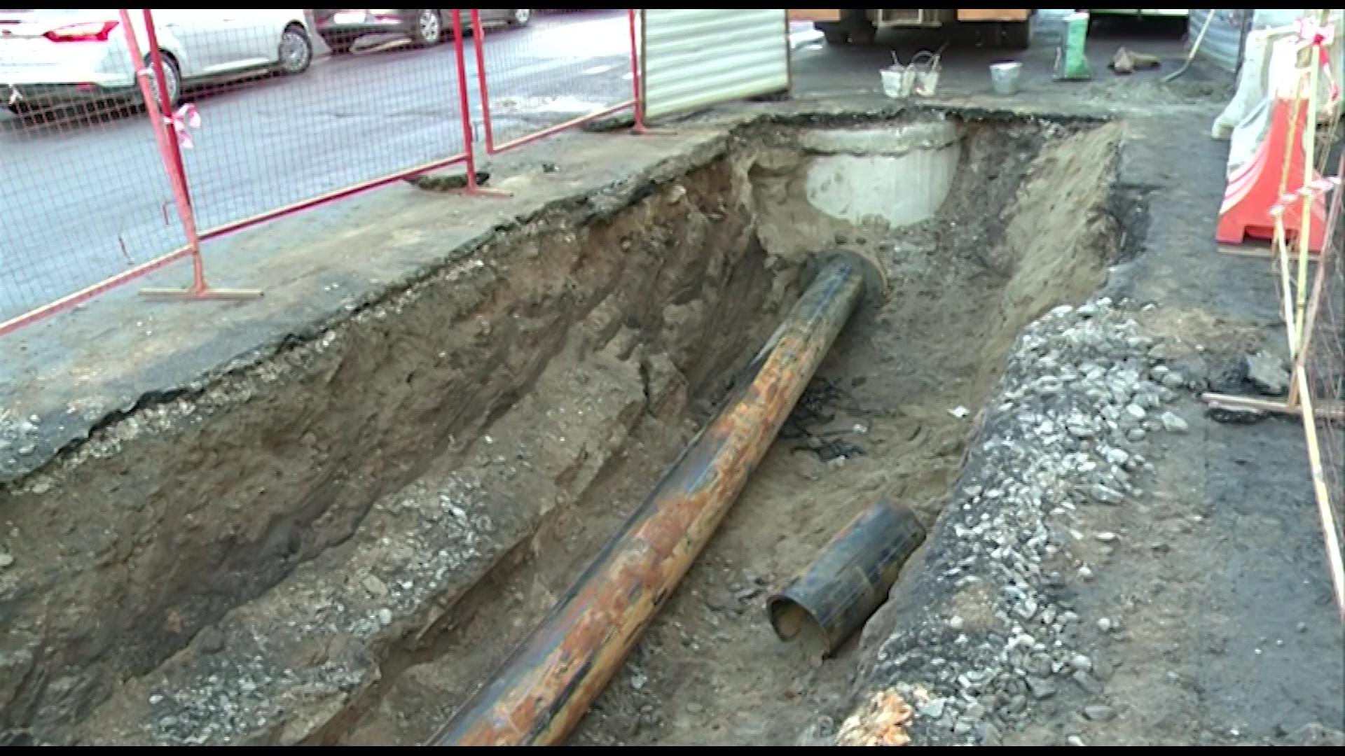 На улице Суркова меняют трубы, чтобы подготовить дорогу к ремонту