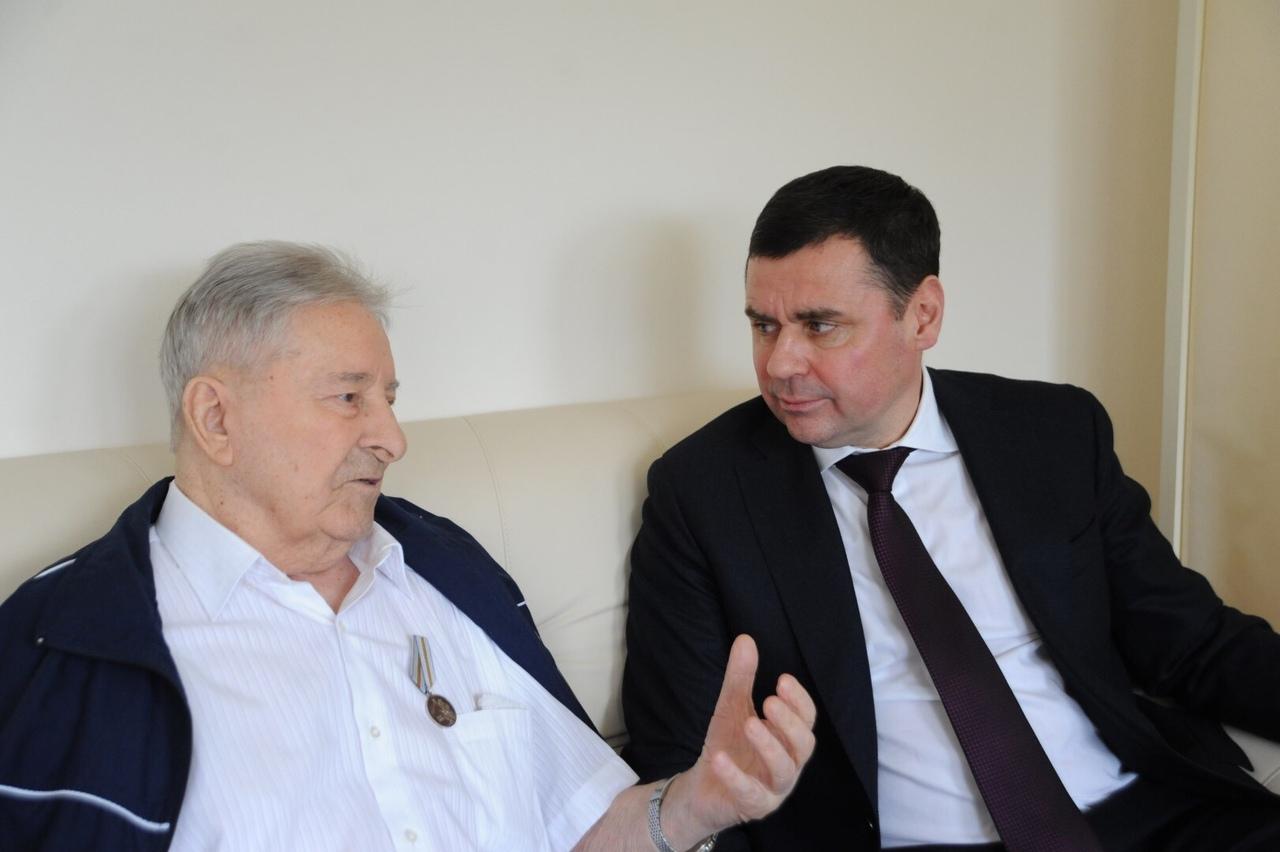Дмитрий Миронов навестил в больнице ветерана и поздравил его с Днем защитника Отечества