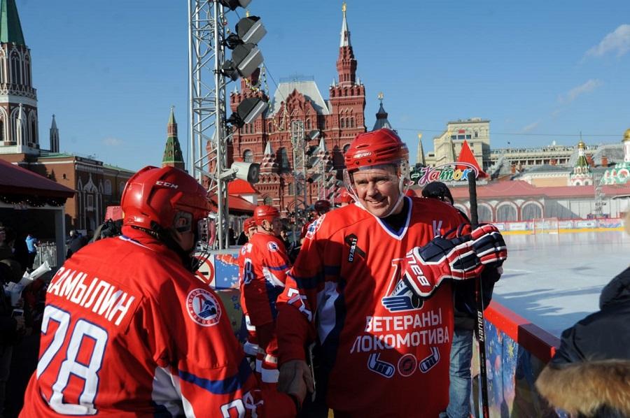 ФОТО: Дмитрий Миронов и ветераны «Локомотива» сыграли с юношеской командой по хоккею на Красной площади в Москве