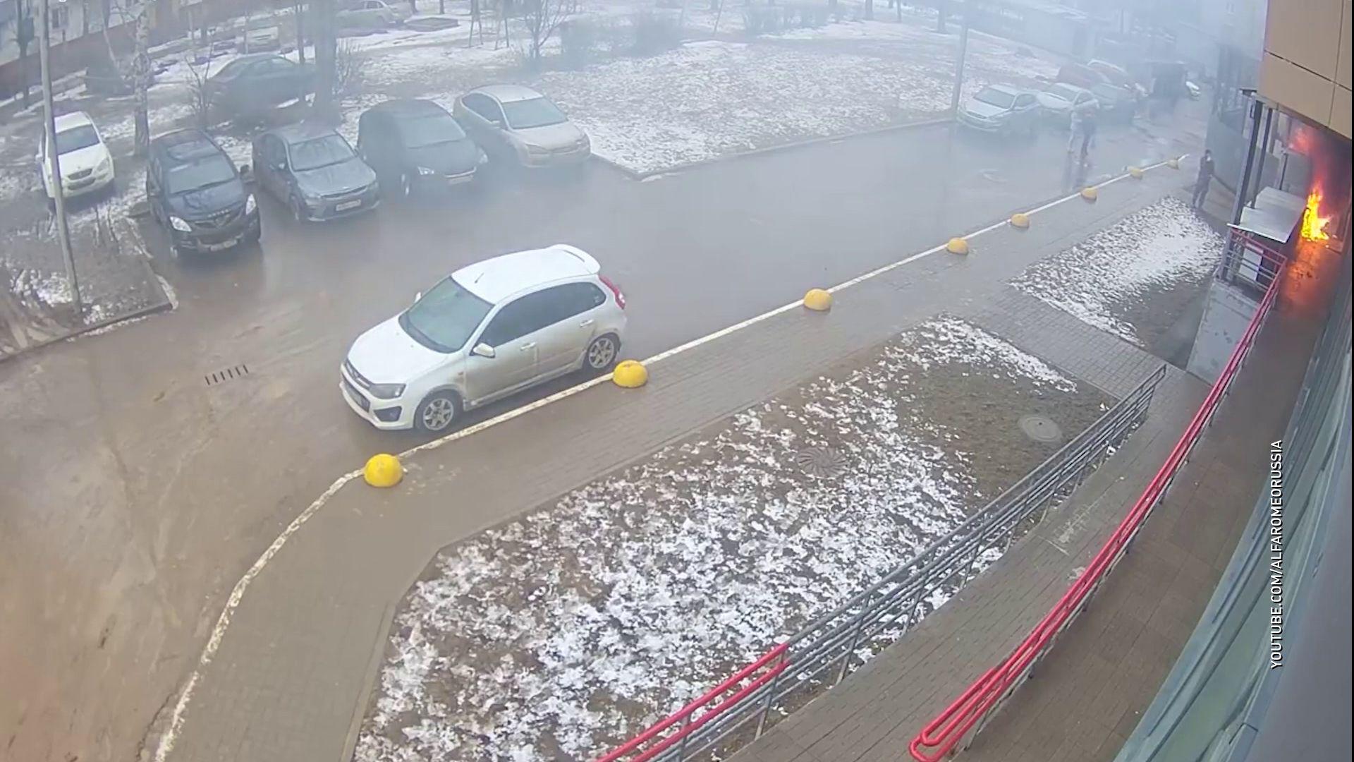В Дзержинском районе загорелось крыльцо супермаркета