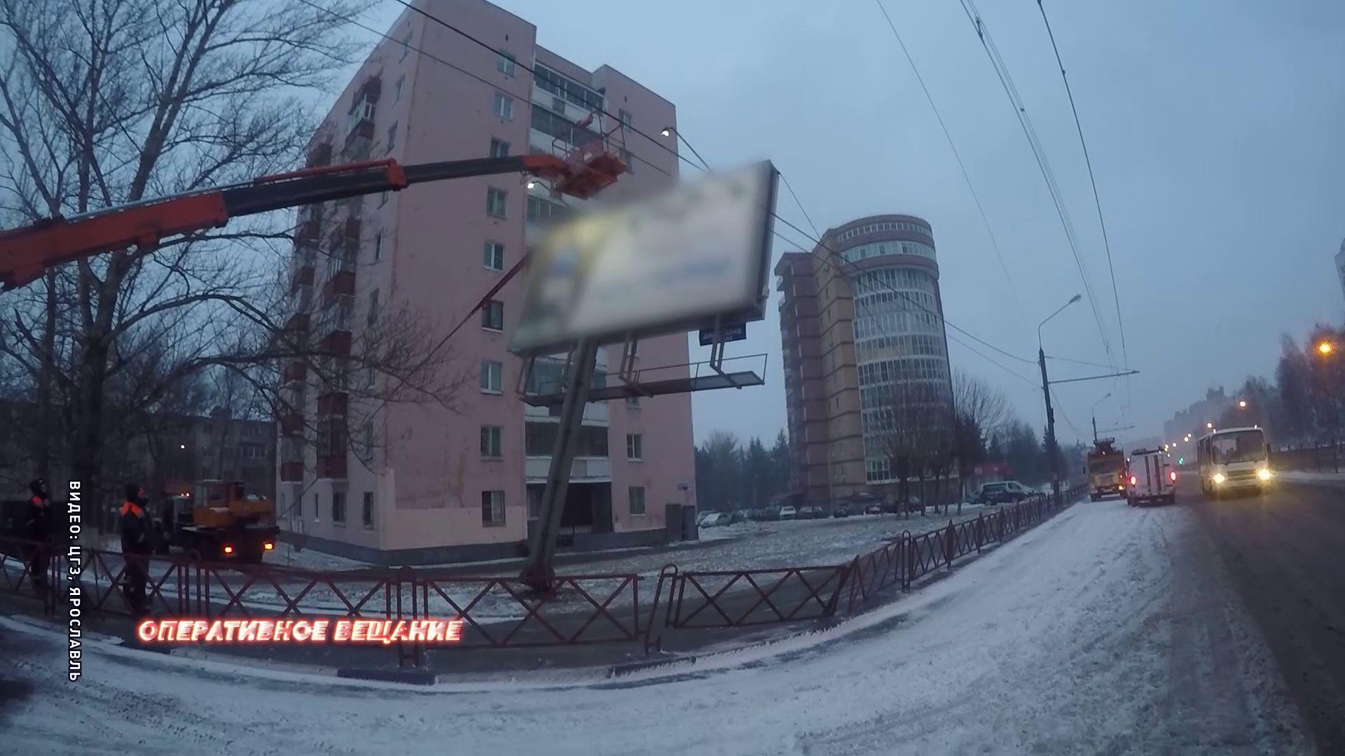 На Московском проспекте рекламный щит едва не рухнул на людей
