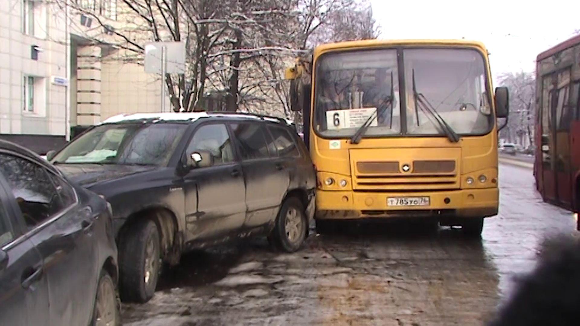 В Ярославле пассажирский автобус протаранил припаркованные легковушки