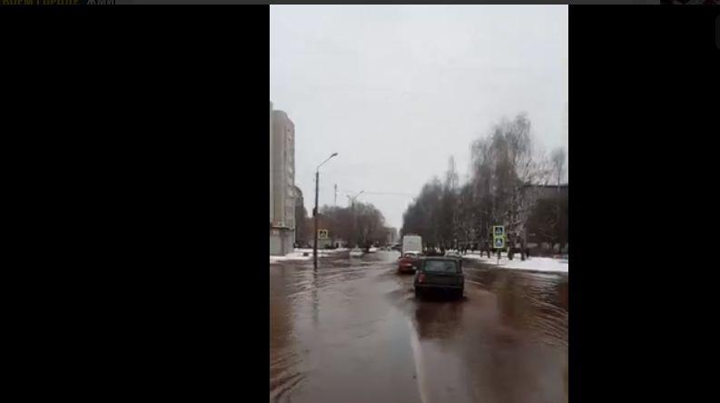По самые двери: в Заволжском районе затопило улицу