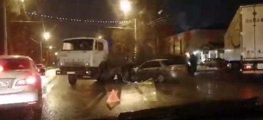 На Тутаевском шоссе грузовик перегородил дорогу