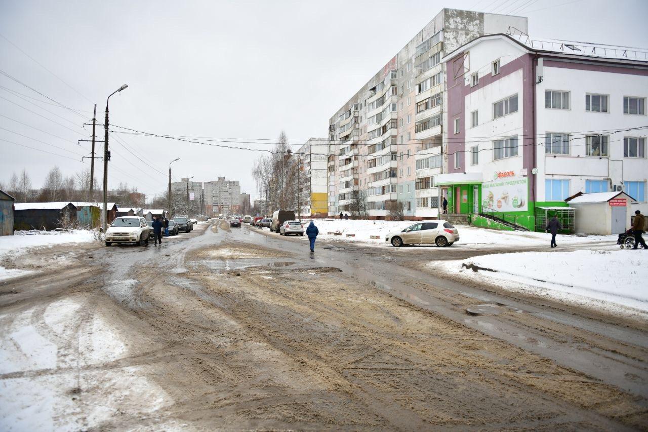 После жалоб в соцсетях мэр Ярославля выехал проверить дорогу в Заволжском районе