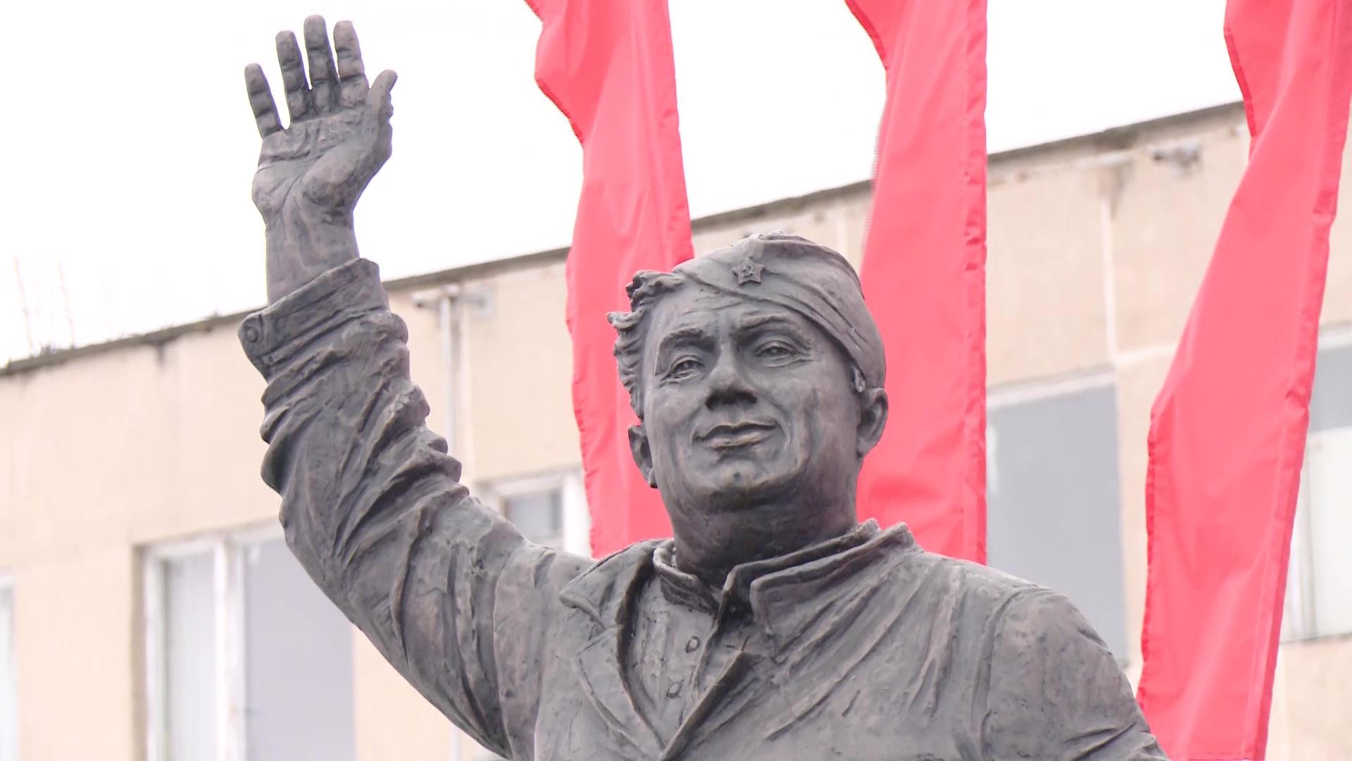 Актер, влюбивший в себя миллионы: в Данилове отметили 100-летие «Макарыча»