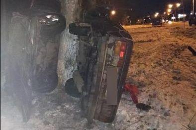На Фрунзе отечественная легковушка «намоталась» на дерево
