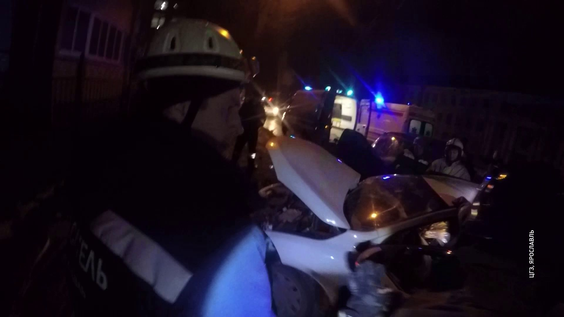 Троих человек зажало в салоне после столкновения автомобилей в Ярославле