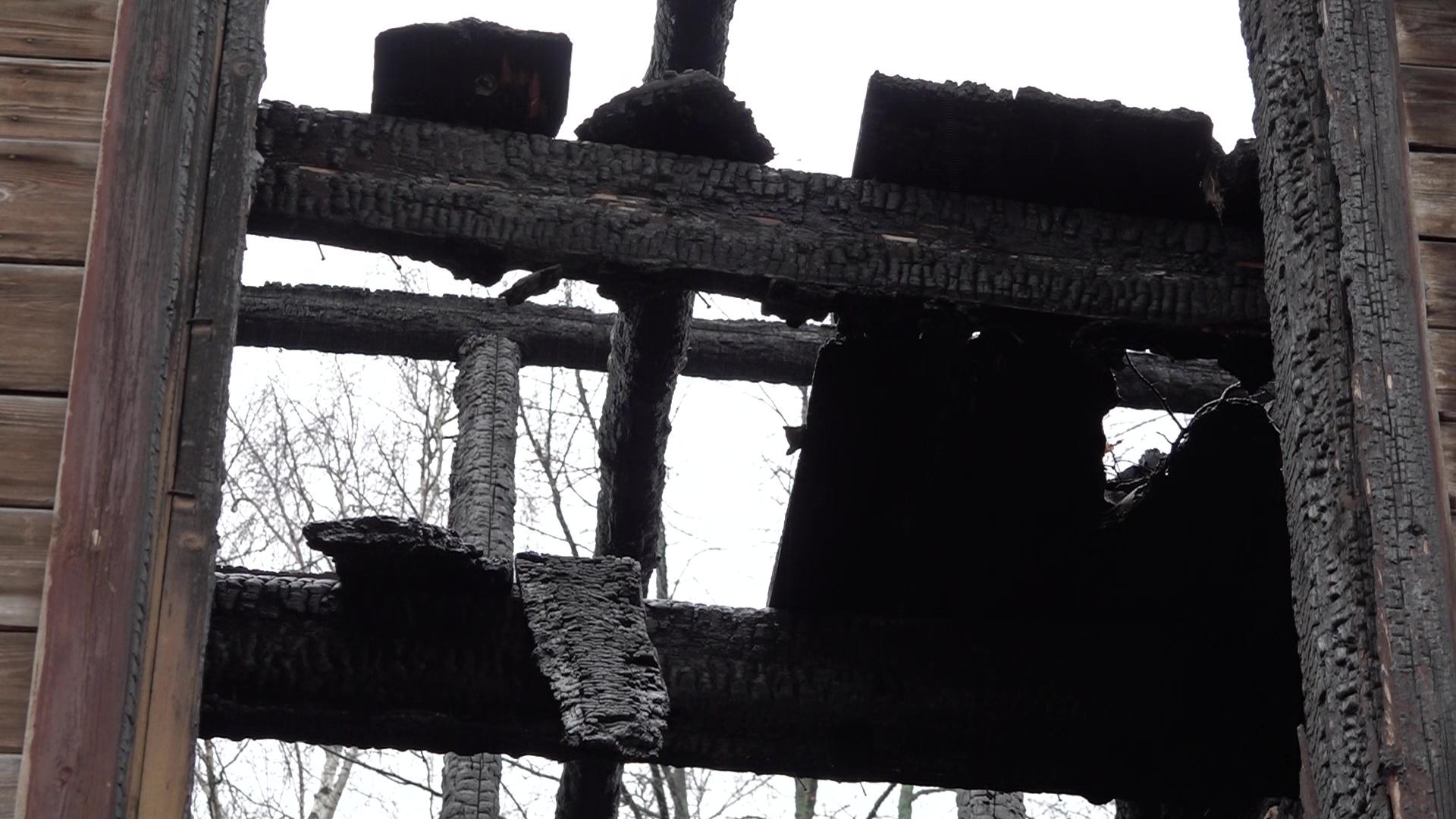Жители Заволги пожаловались на неубранные расселенные дома, которые облюбовали асоциальные личности