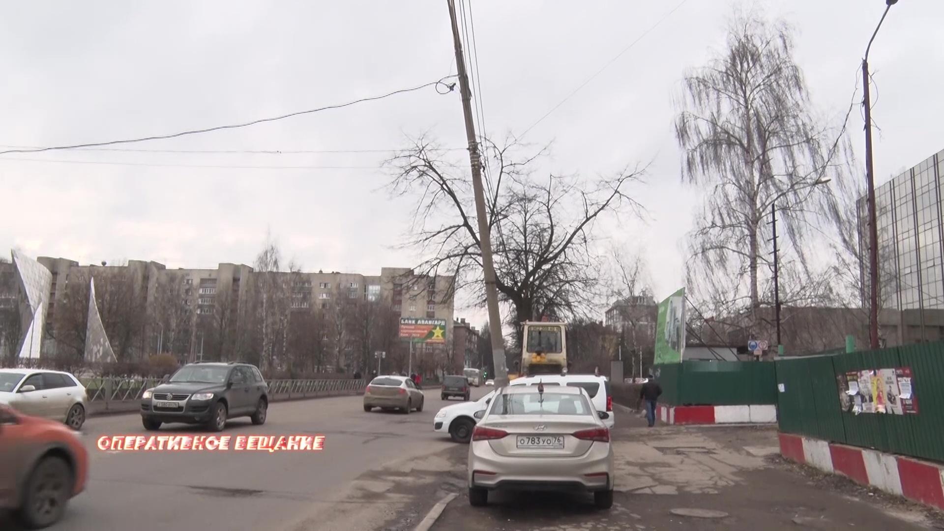 Ярославцы боятся, что на улице Победы им на голову может упасть электрический столб