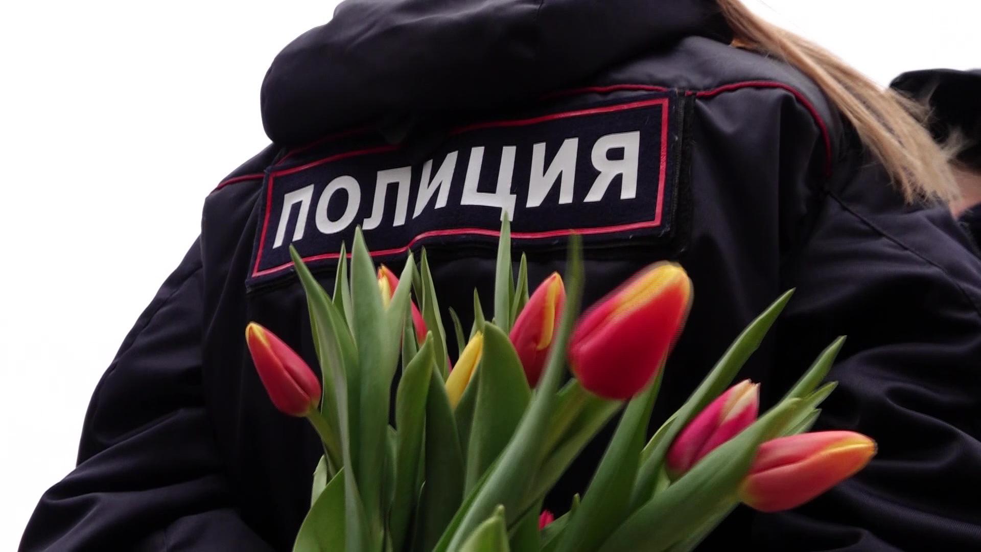 Сотрудники ГИБДД поздравили с 8 марта ярославских автолюбительниц