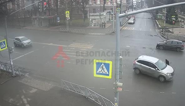 В сети появилось видео ДТП с перевернувшейся машиной на перекрестке в Ярославле