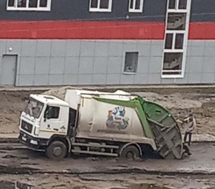 На объездах Тутаевского шоссе застрял мусоровоз