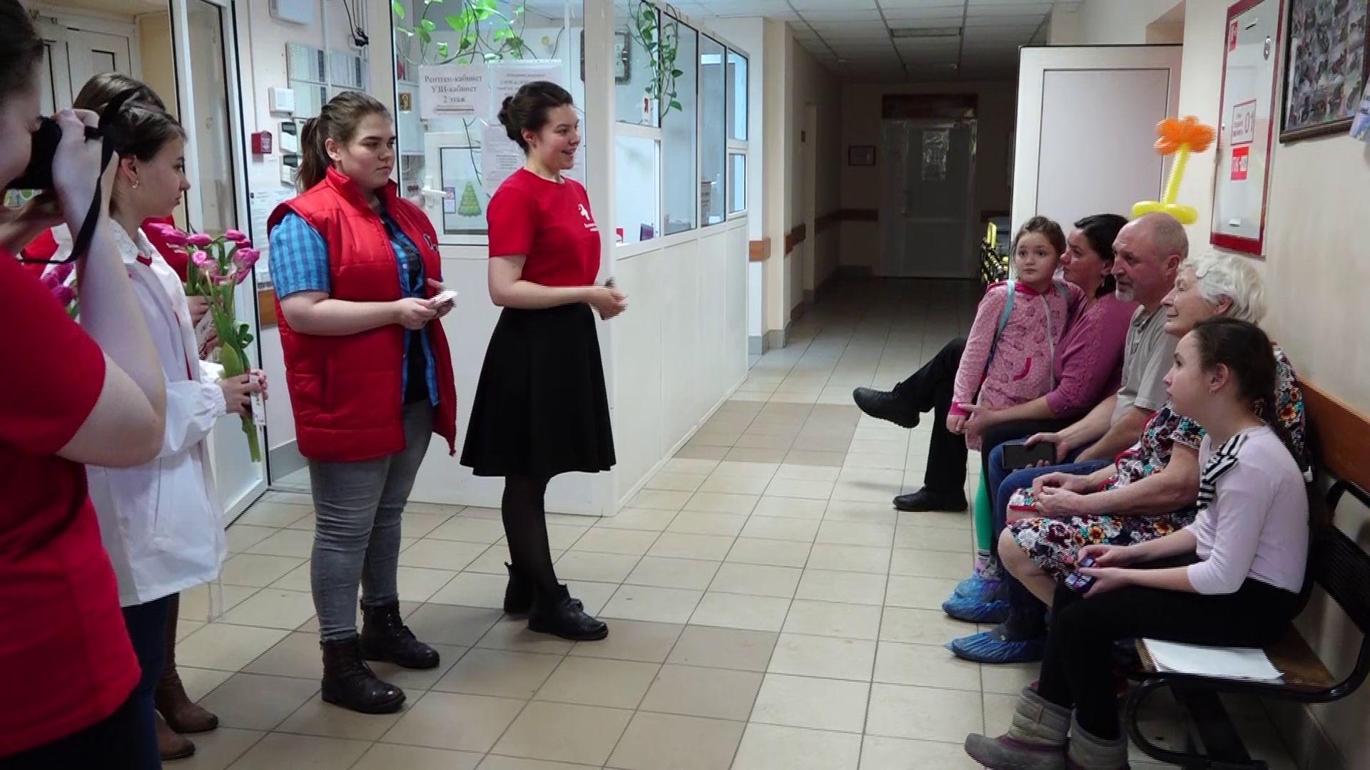 Волонтеры-медики поздравили женщин, которые находятся в больницах Ярославской области
